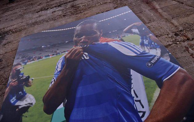 Didier Drogba na plakátu v dresu Chelsea před zápasem s Watfordem.