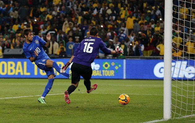 Brazilský útočník Neymar (vlevo) překonává brankáře Jihoafrické republiky Williamse.