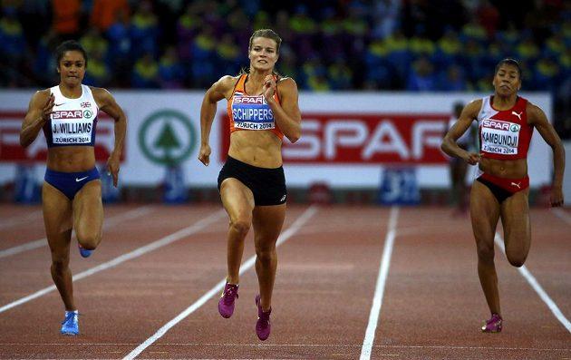 Druhá britka Jodie Williamsová (vlevo) ani Mujinga Kambundjiová ze Švýcarska (vpravo) šampiónce Daphne Schippersové v běhu na 200 metrů nestačily.