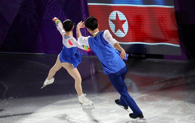 Při exhibici se ukázala také severkorejská sportovní dvojice Rjom Te-ok, Kim Ču-sik.