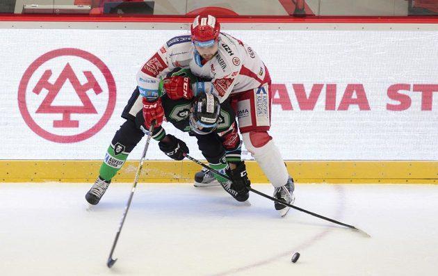 Milan Doudera z Třince (nahoře) v souboji u hrazení s Martinem Látalem z Mladé Boleslavi.