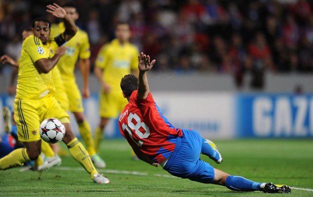 Plzeňský obránce Marián Čišovský střílí gól do sítě Mariboru.