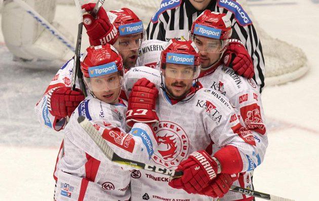 Třinečtí hokejisté se radují z první branky čtvrtfinále play off hokejové extraligy, do chomutovské sítě se trefil Vladimír Dravecký.