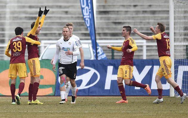 Marek Hanousek z Dukly (druhý zleva) se raduje z gólu proti Plzni.