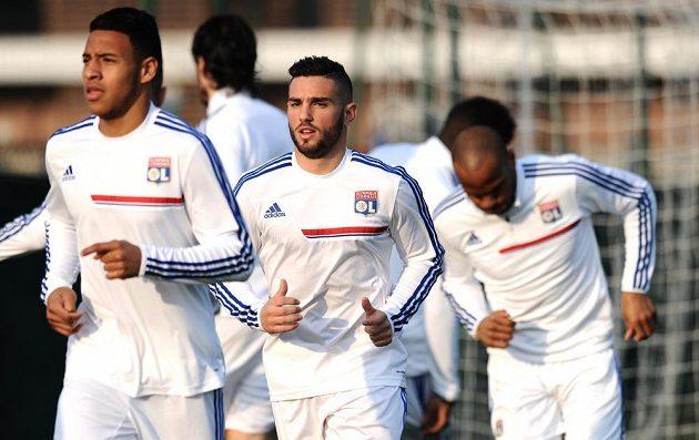 Záložník Lyonu Jordan Ferri (uprostřed) na předzápasovém tréninku před osmifinálovým zápasem s Viktorií Plzeň.