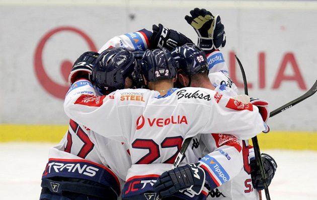 Hokejisté Vítkovic oslavují gól Yana Stastného v duelu s Pardubicemi.