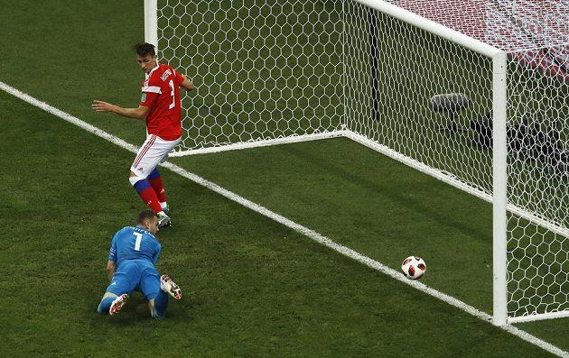 Při této střele Perišice (není na snímku) měli Rusové štěstí, míč, který bedlivě sleduje brankáře Igor Akinfejev, se odrazil od tyče zpátky na hřiště.