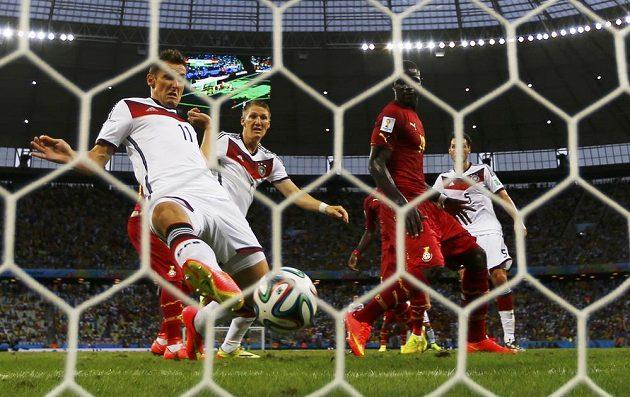Nestárnoucí Miroslav Klose doráží míč do ghanské sítě.