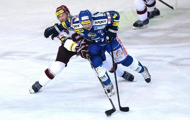 Sparťanský obránce Adam Polášek (vlevo) bojuje o puk s brněnským útočníkem Janem Káňou ve druhém semifinálovém utkání play off extraligy.