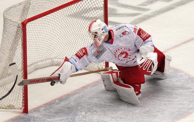 Brankář Třince Peter Hamerlík vyráží puk při obrovské šanci Chomutova během čtvrtfinále play off hokejové extraligy.