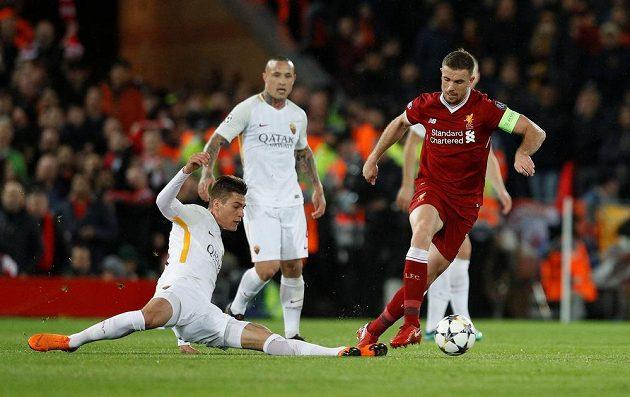 Patrik Schick se snaží vypíchnout míč Jordanu Hendersonovi z Liverpoolu.