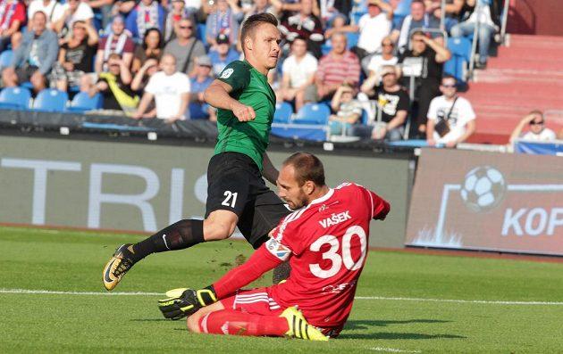 Zleva Stanislav Tecl z Jablonce překonává brankáře Petra Vaška z Baníku Ostrava a střílí první branku v zápase.