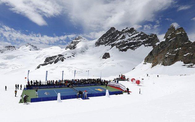 Úchvatný pohled na kurt, který byl zhotoven na zasněženém ledovci Aletsch.