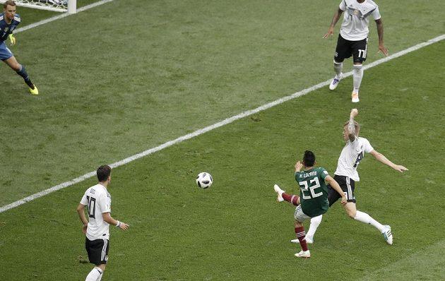 Mexičan Hirving Lozano otevírá skóre zápasu s Německem.