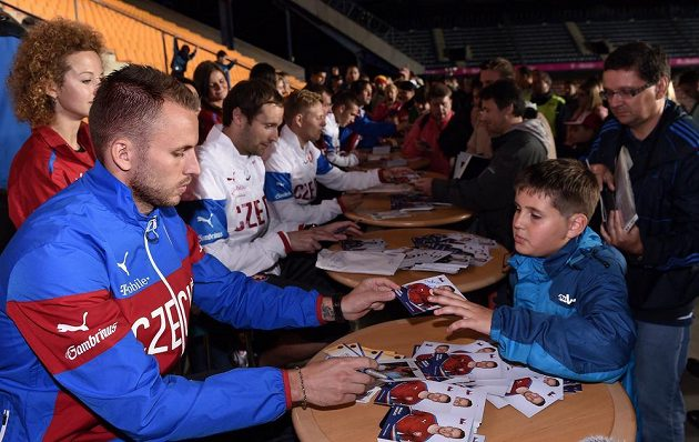 Michal Kadlec a za ním Petr Čech během autogramiády po tréninku české fotbalové reprezentace před přátelským utkáním s USA a utkáním kvalifikace ME s Nizozemskem.