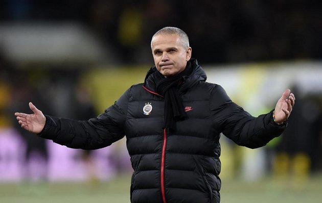 Zklamaný trenér Sparty Vítězslav Lavička na Stade de Suisse ve švýcarském Bernu.