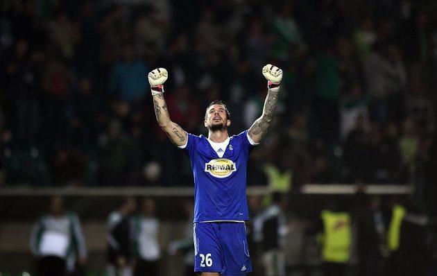 Brankář Klokanů Milan Švenger oslavuje vítězství po utkání 8. kola Synot ligy proti Slavii.