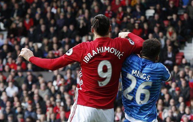 Jeden z inkriminovaných zákroků mezi útočníkem Manchesteru United Zlatanem Ibrahimovičem a stoperem Bournemouthu Tyronem Mingsem.