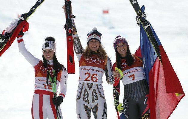 Lyžařka Ester Ledecká (uprostřed) po vítězství v superobřím slalomu. Vlevo Rakušanka Anna Veithová, zprava pak Lichtenštejnka Tina Weiratherová.