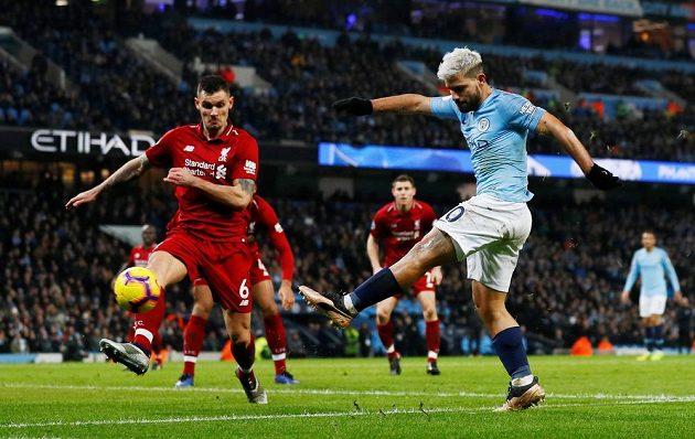 Sergio Agüero z Manchesteru City střílí gól Liverpoolu.