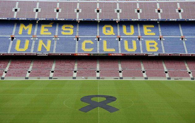 Barcelonský Camp Nou ozdobila velká černá stuha.