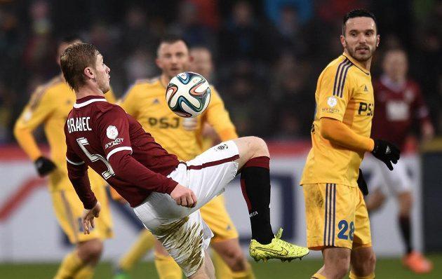 Jakub Brabec ze Sparty si chystá gólovou střelu v Jihlavě.