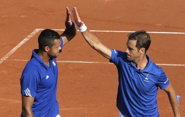 Jo-Wilfried Tsonga a Richard Gasquet (vpravo) slaví semifinálovou výhru Francie nad Českem.