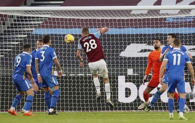 Nehlídaný Tomáš Souček z West Hamu po rohu dává gól Brightonu.