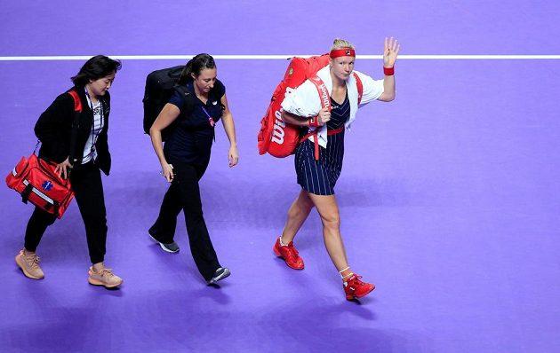 Kiki Bertensová se loučí a v doprovodu fyzioterapeutky opouští kurt. Kvůli zdravotní indispozici musela nizozemská tenistka zápas proti Belindě Bencicové skrečovat.