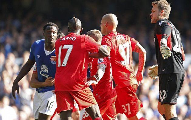 Obránce Reds Mamadou Sakho během roztržky s útočníkem Evertonu Romelem Lukakem.