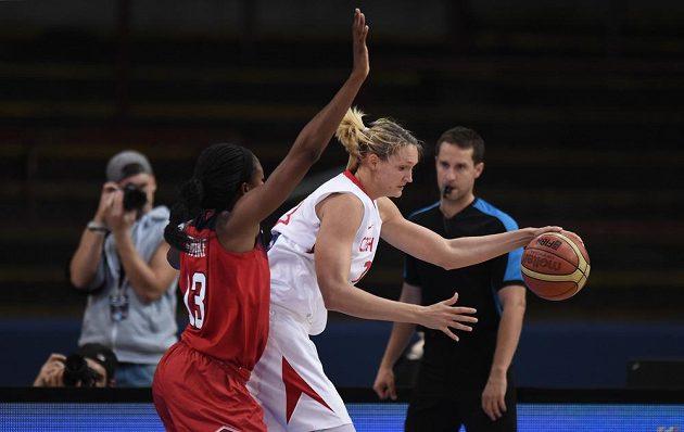 Česká basketbalistka Petra Kulichová (vpravo) si kryje míč před Američankou Nnemkadi Ogwumikeovou.