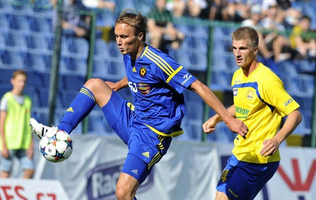Jihlavský útočník Pavel Dvořák (vlevo) a zlínský obránce Jakub Jugas v utkání 2. kola Synot ligy.