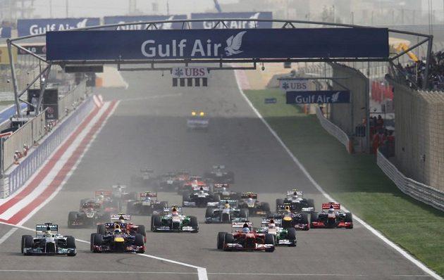 Pole závodníků po startu Velké ceny Bahrajnu.