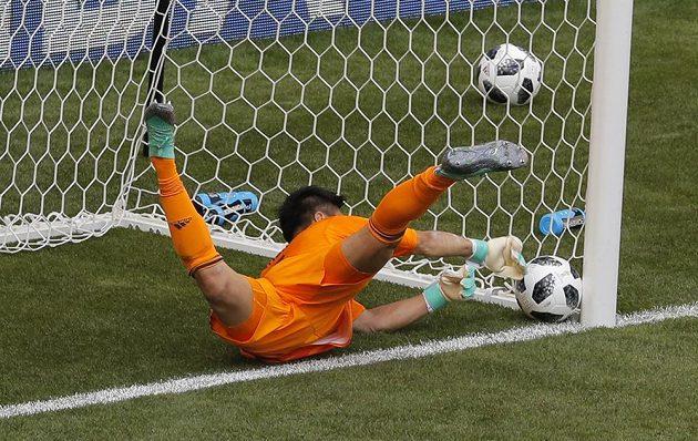 Vyrovnáno! Marně japonský gólman Eidži Kawašima protestoval, míč byl již celým objemem za brankovou čárou.