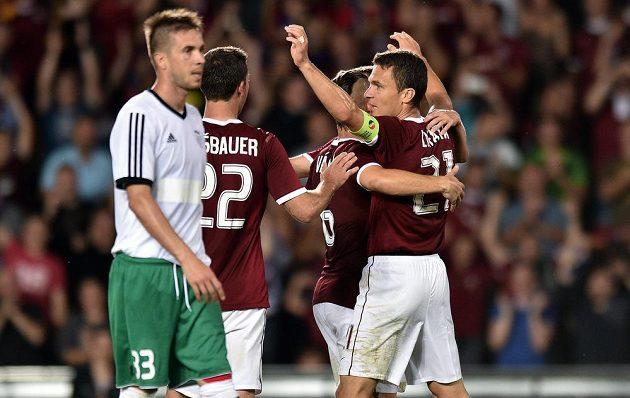 Sparťané Josef Hušbauer a Lukáš Vácha (druhý zprava) se radují z gólu proti Tallinnu, který vstřelil kapitán David Lafata (zcela vpravo). Vlevo je zklamaný záložník Levadie Dragomir Vukobratovič.
