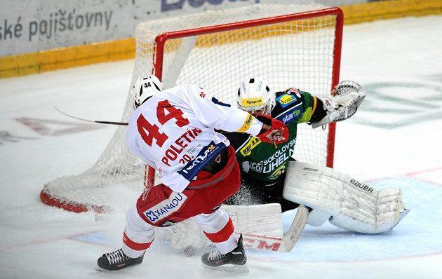 Slávistický útočník Michal Poletín (vlevo) se pokouší přelstít karlovarského brankáře Milana Řehoře v utkání 51. kola Tipsport extraligy.
