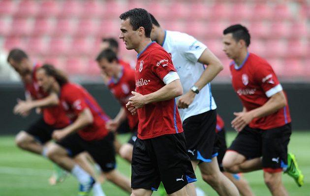 Útočník české fotbalové reprezentace David Lafta (vpředu) během předzápasového tréninku.