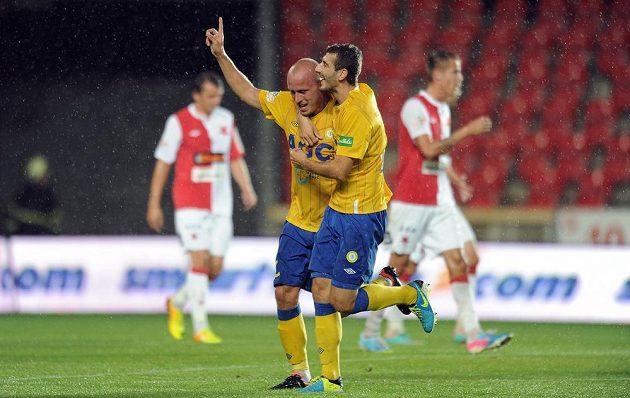 Hráči Teplic Ivo Táborský (vlevo) a Admir Ljevakovič oslavují gól proti Slavii.