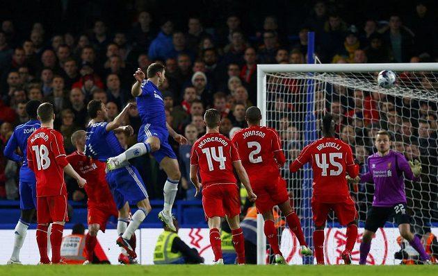 Branislav Ivanovič (ve výskoku) z Chelsea překonává brankáře Liverpoolu Simona Mignoleta (vpravo) v odvetě semifinále Ligového poháru.