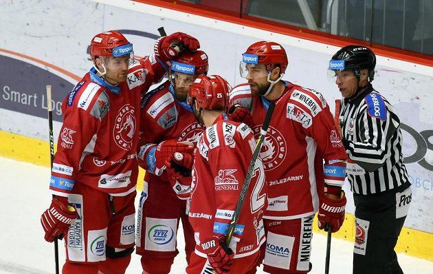 Třinečtí hokejisté se radují z prvního gólu. Do sítě Jihlavy ho vstřelil Marcinko.