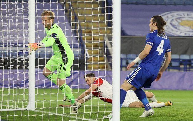 Padající slávista Lukáš Provod právě překonal Kaspera Schmeichela v bráně Leicesteru. Přihlíží Caglar Söyüncü.