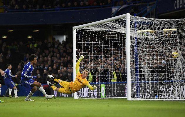 Loïc Rémy překonává brankáře Manchesteru City Harta a střílí vedoucí gól Chelsea.