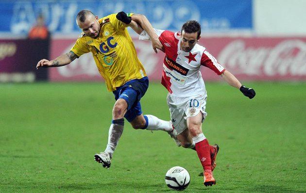Obránce Teplic Tomáš Vondrášek (vlevo) v souboji s Damienem Boudjemaaou ze Slavie Praha.