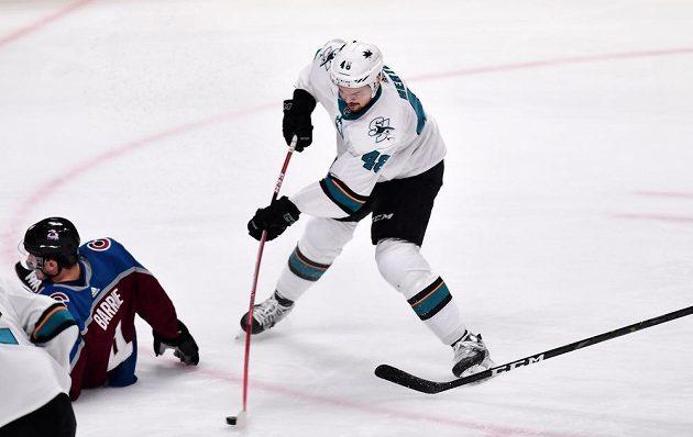 Útočník San Jose Sharks Tomáš Hertl střílí na branku Colorada Avalanche v utkání play off NHL.