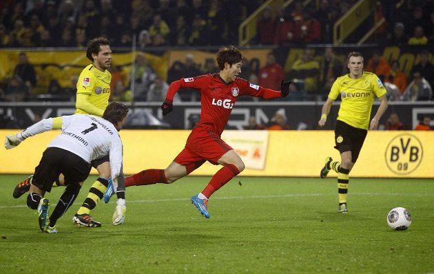 Heung Min Son z Bayeru Leverkusen (v červeném) skóruje v utkání proti Borussii Dortmund.