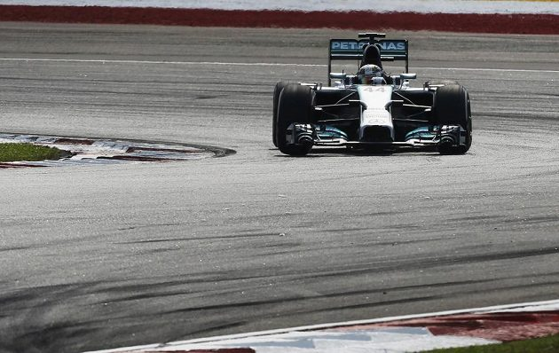 Britský pilot Mercedesu Lewis Hamilton se držel v Sepangu od startu na prvním místě.