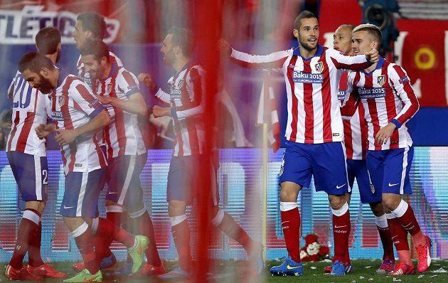 Záložník Atlétika Madrid Mario Suárez (třetí zprava) slaví se spoluhráči gól proti Leverkusenu v odvetném osmifinálovém zápase Ligy mistrů.