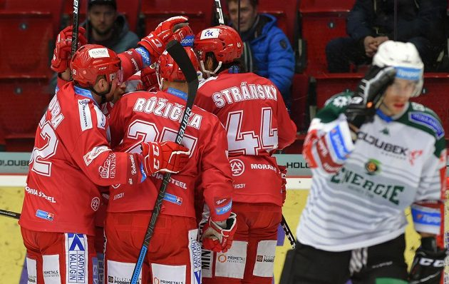 Třinečtí hráči se radují z prvního gólu na ledě Karlových Varů. Dal ho Matěj Stránský.