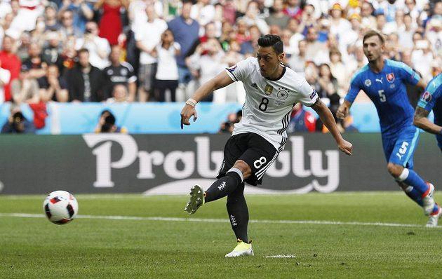 Německý reprezentant Mesut Özil zahrává penaltu proti Slovensku. Pokutový kop neproměnil.