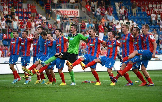 Hráči Plzně oslavují vítězství 4:0 nad Baníkem Ostrava.